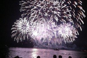 Kembang api menyinari perahu