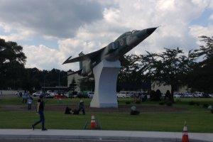 Sebuah jet yang dijadikan monumen