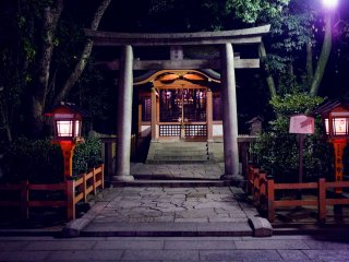 Une porte torii garde le cœur du sanctuaire