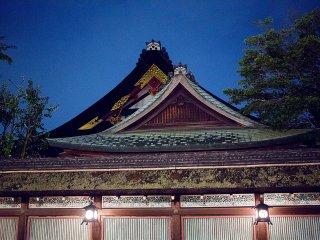 Les crêtes des deux bâtiments du complexe de temple contrastent avec le ciel éclairé