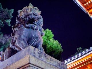 """L'un des deux chiens-lions """"komainu"""" montant la garde à l'entrée du sanctuaire"""