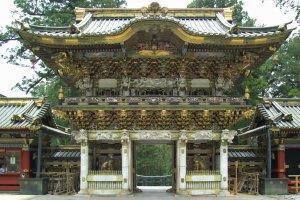 La porte du sanctuaire Tôshô-gû, inscrit au patrimoine mondial