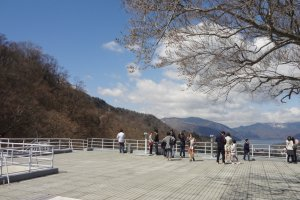After a short 3-minute trip, you'll arrive at the observation area—a wide-open deck with a stunning 360-degree view