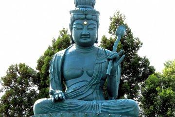 고쇼지 사원에 묵묵히 앉아 있는 후쿠이 대불