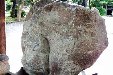 이것은 2차세계대전의 폭격과 그에 따른 대지진에서 살아남은 원래의 석불상 얼굴이다