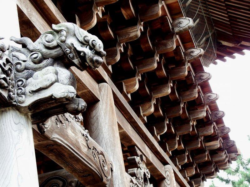아름다운 목조건축과 수호견조각