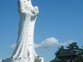 Cette statue de Aizu Jibo Dai Kannon de 57 mètres de haut fut construite en 1987