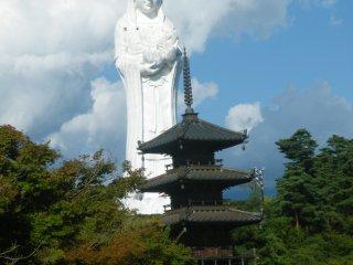 Un regard sur la pagode et Kannon. Maintenant, imaginez ce paysage en automne lorsque les feuilles sont flamboyantes ou au printemps quand les arbres sont chargés de fleurs. Ce doit être magnifique !