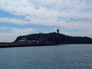 Enoshima vista do barco que o pode levar até lá