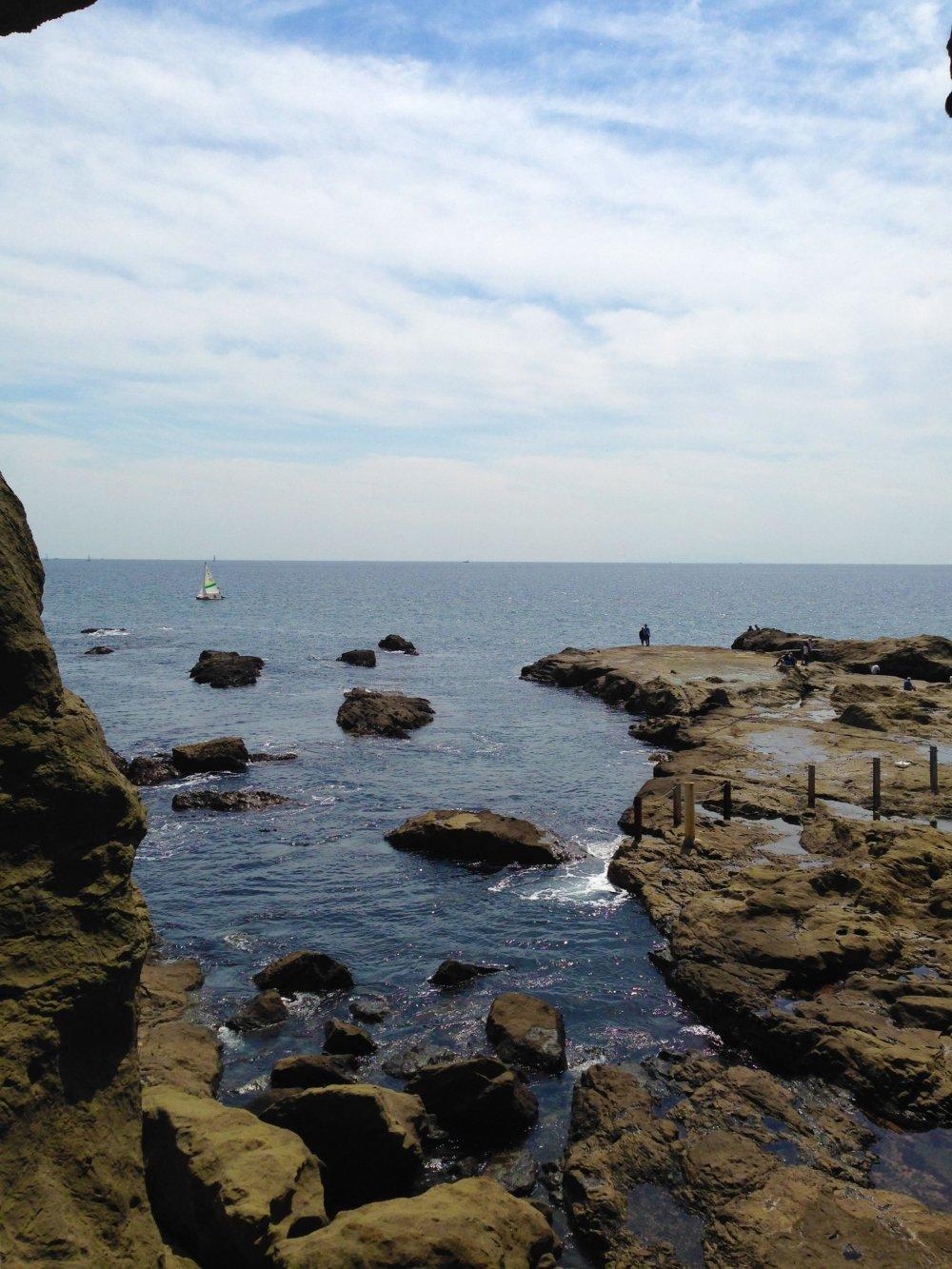 Vista da saída de uma das grutas da ilha