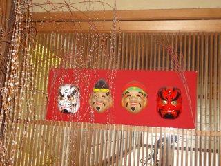 호텔을 장식하고 있는 다양한 일본 꽃꽃이와 장식품들