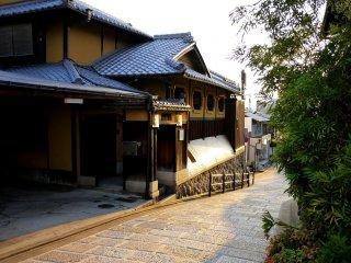 Les rues sont bordées de maisons traditionnelles