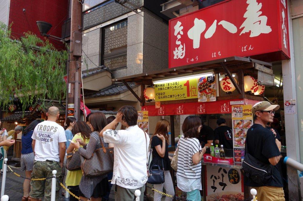 ที่พลาดไม่ได้คือของกินเล่นที่มาจากโอซาก้า takoyaki