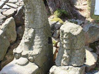 かつて城の頂上を飾った石製のしゃちほこ