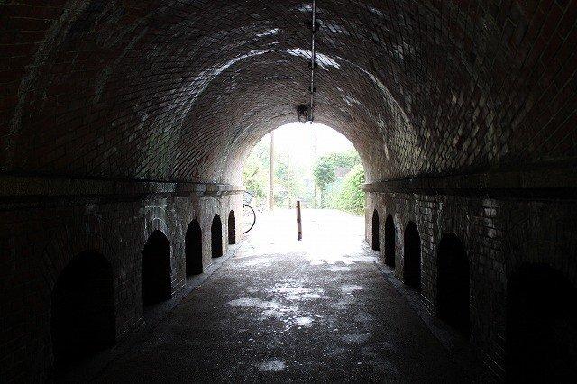 蹴上駅を出てインクラインへと向かう最初の隧道