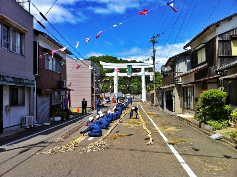 Each year, the rope between the two smaller satellites is replaced. Volunteer firemen build the rope from rice straw twine in Kashima port