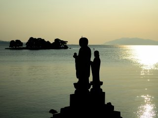 The larger Jizo statue on the left is made of Kimachi stone and is called 'Sodeshi Jizo', and the smaller one is made of Mikage stone and is called 'Sekkai Jizo'