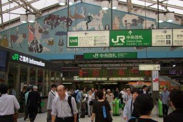 <p>Access the internet at major JR train stations</p>