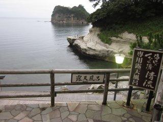 야외 온천을 하러 가는 길에서는 물가의 아름다운 경치를 즐길 수 있다.