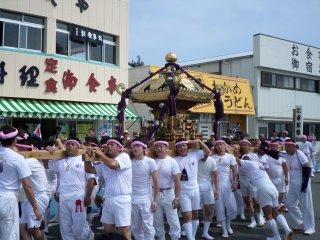 Cũng giống như những lễ hội truyền thống khác, có một ngôi đền di động được khiêng đi vòng quanh trong lễ hội này.