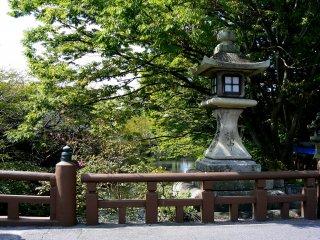 Une lanterne de pierre derrière le pont