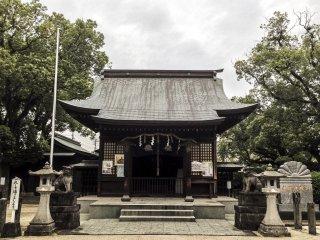Ngôi đền tĩnh lặng được bảo vệ bởi hai con komainu