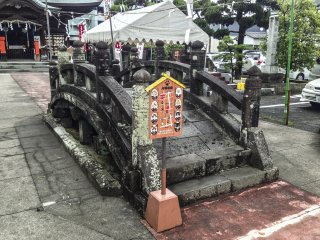 Cây cầu đá thú vị này nằm ở phía trước của đền thờ. Thật không may, không có thông tin giải thích lịch sử hoặc ý nghĩa của cây cầu này. Tuy nhiên, có một bảng  nhỏ liệt kê những con mèo cụ thể trong khu vực và điều may mắn bạn sẽ gặp phải nếu bạn băng qua con đường với những chú mèo này (chỉ có ở Nhật Bản).