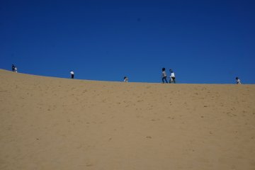 <p>เนินทราย tottori เดินขึ้นเนินทรายไปชมวิวทะเล</p>