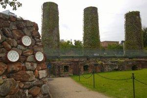 อีกมุมหนึ่งของปล่องไฟทั้ง 6 ที่ติดกับกำแพง Kiln Wall