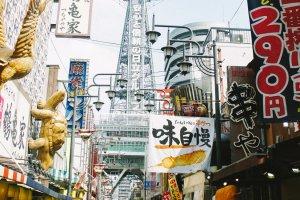 Ramainya pertokoan di Shinsekai dengan latar belakang Menara Tsutenkaku