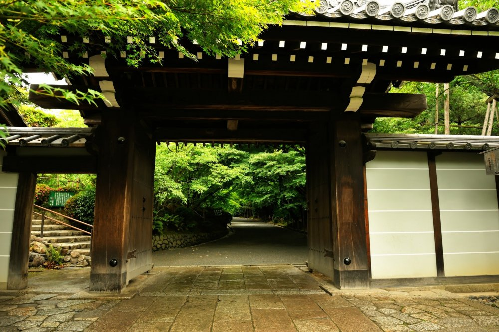 Ryoan-ji Temple used to be a villa of the Tokudaiji family...this gate gives the impression that it was a residence, not a temple