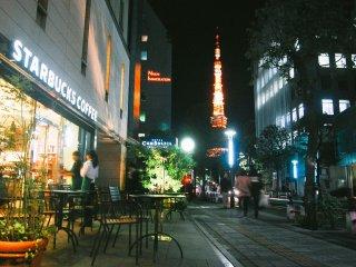 Anda juga bisa bersantai di kedai kopi sambil menikmati keindahan Tokyo Tower