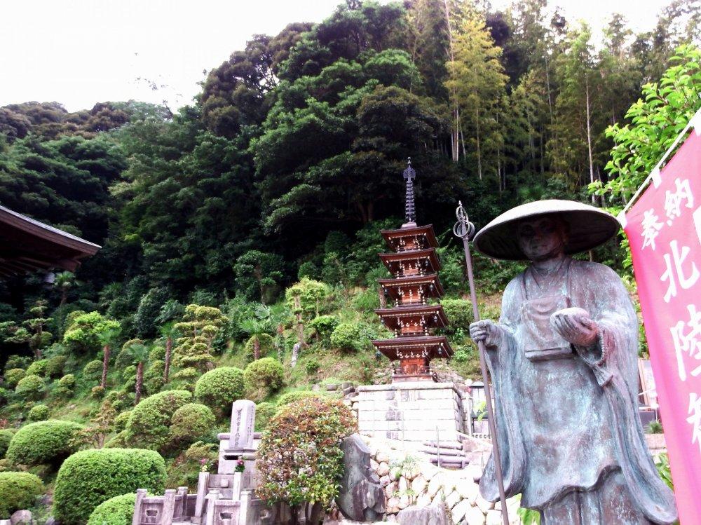 산기슭에 있는 공해와 5층 탑의 동상