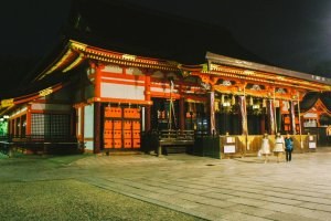 Aula utama untuk berdoa di Yasaka-jinja