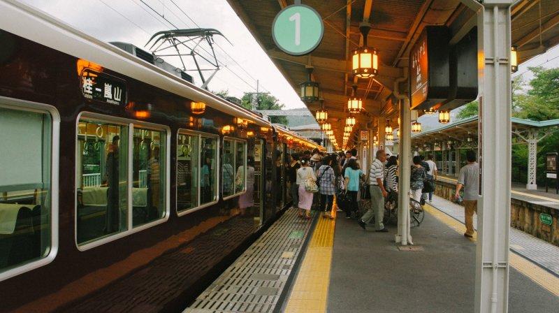 ¡Bienvenidos! Es la estación Arashimaya Hankyu por la tarde