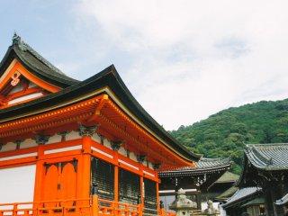 Bangunan-bangunan yang akan menyambut Anda ketika tiba di Kiyomizu-dera