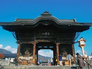 Gerbang nionmon yang berdiri gagah, ditemani oleh dua patung penjaga di kanan dan kiri pintu.