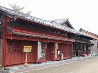 手前の紅殻格子の建物は「三国湊町屋館」。向こうが材木商で財を成した「旧岸名家」