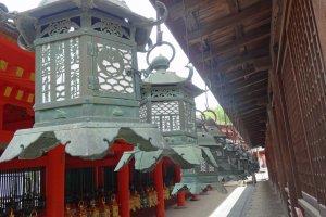 ซึริ-โดะโระ (Tsuri-doro) หรือโคมไฟแขวนของศาลเจ้าคะสึกะ ไทฉะ จะมีรูปทรงคล้ายๆ กัน แต่จะมีลวดลายที่ละเอียดอ่อนช้อยแตกต่างกันออกไป