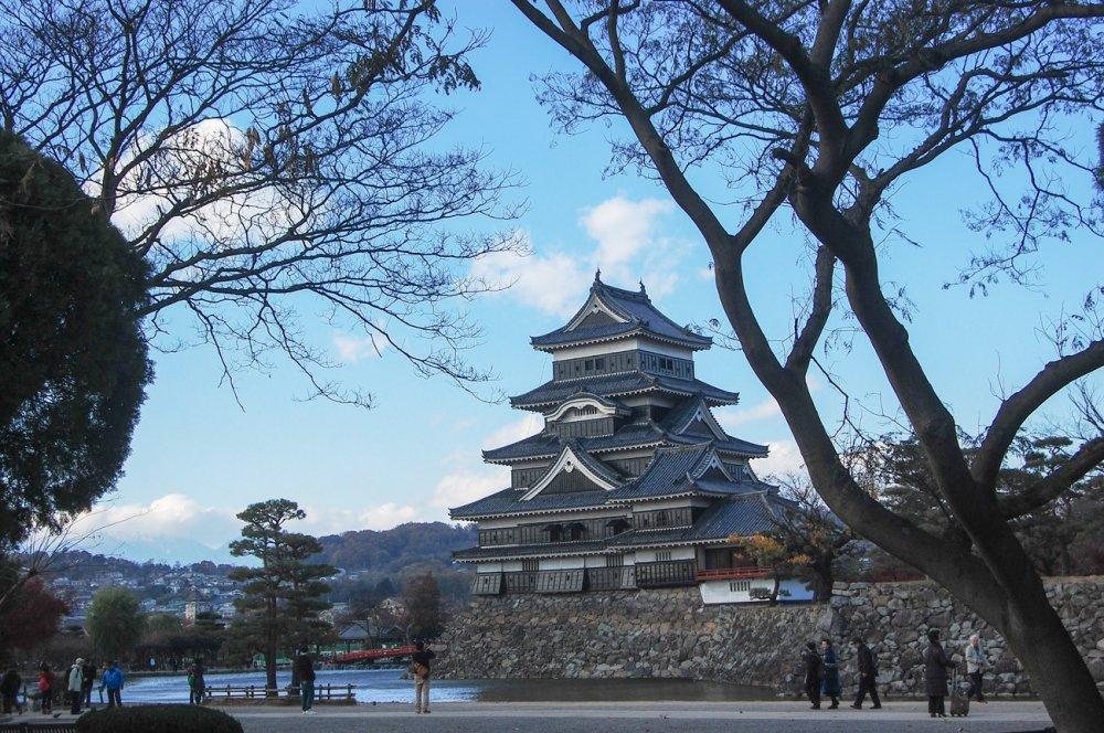 Pemandangan dari kastil tercantil di Jepang ini baik dinikmati pada sore hari