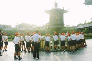 Para pelajar sedang melakukan studi wisata di Todaiji