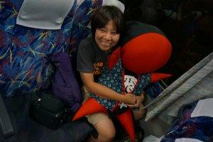 บนรถทัวร์ มีให้ถ่ายรูปกับ saribobo เห็นเรามาคนเดียวให้ saribobo มานั่งเป็นเพื่อนด้วย :)