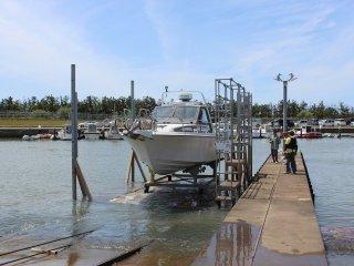ボートを出す事前に電話を入れておくとスタッフがスタンバイしてランチまで牽引してくれる