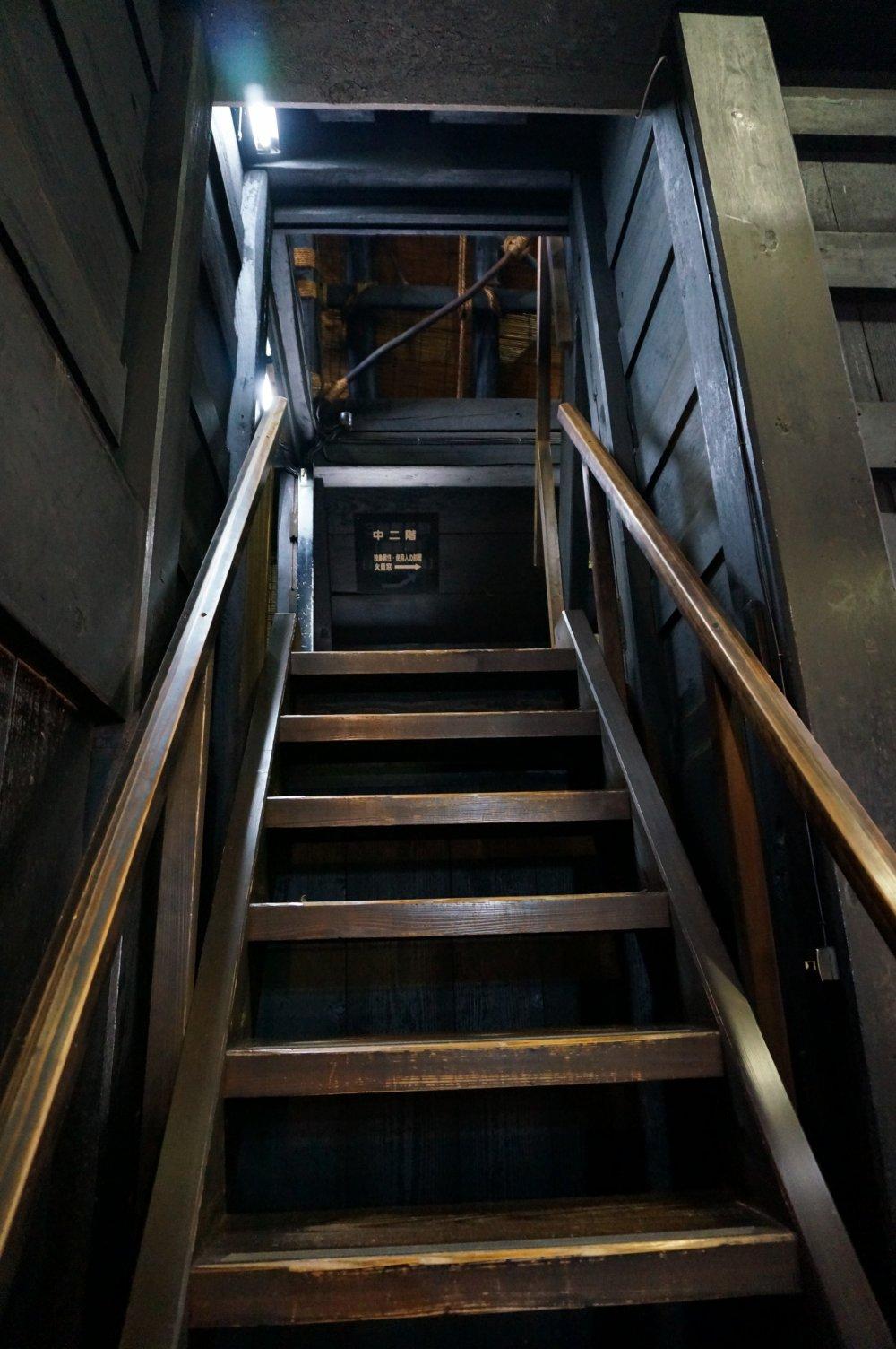 ขึ้นข้างบนไปได้ 4 ชั้น