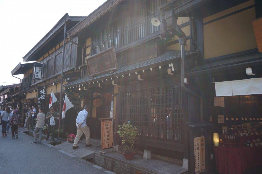 ด้วยแสงและตัวบ้าน ภาพ takayama ภาพนี้มันดูเหมือนภาพโบราณเนอะ
