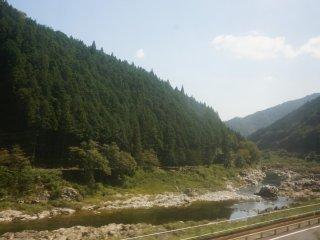 รถไฟจะแล่นเรียบแม่น้ำ rhine ญี่ปุ่น เกือบตลอดทาง