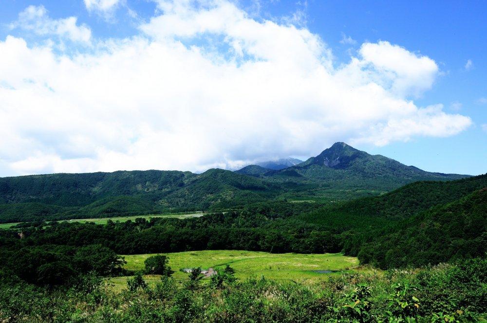 วิวอันงดงามของภูเขาไดเซ็นมองจากระเบียงชมวิวคิเม็งได เนื่องจากพื้นที่แถบนี้อยู่ในแถบภูเขาสูงและมีความชื้นสูง ทำให้มีเมฆมากอยู่เกือบตลอดเวลา