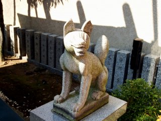 稲荷神社の守護神、狐の彫像