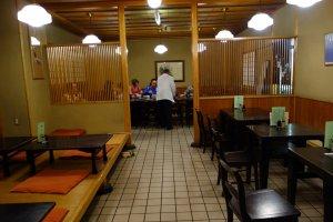มีโต๊ะหลายแบบให้เลือก เราได้นั่งโต๊ะรวม นั่งดูอาหารทุกคน
