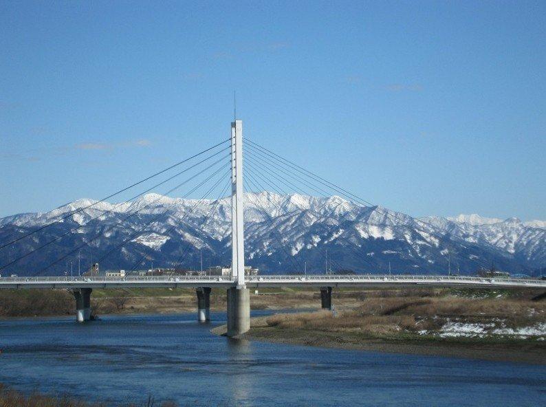 冠雪の奥越の山々と中角歩道橋